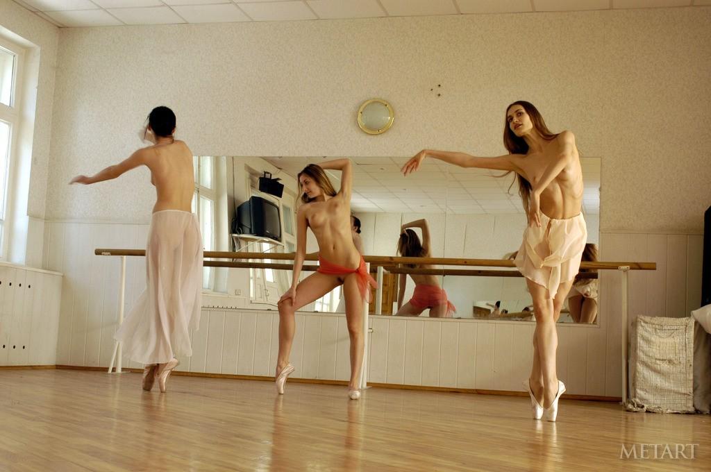 Телка возбуждает танцам 18 фотография