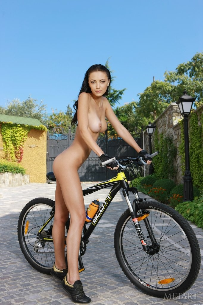 Nude women riding bikes photos — pic 9