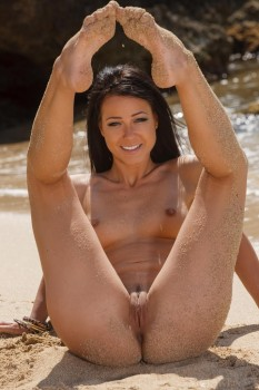 Bold babe spreads her pussy at the beach