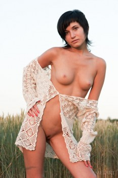 Hottie is displaying herself in the field