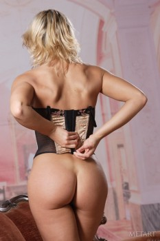 Moving blonde shows off her asses and notable vagina